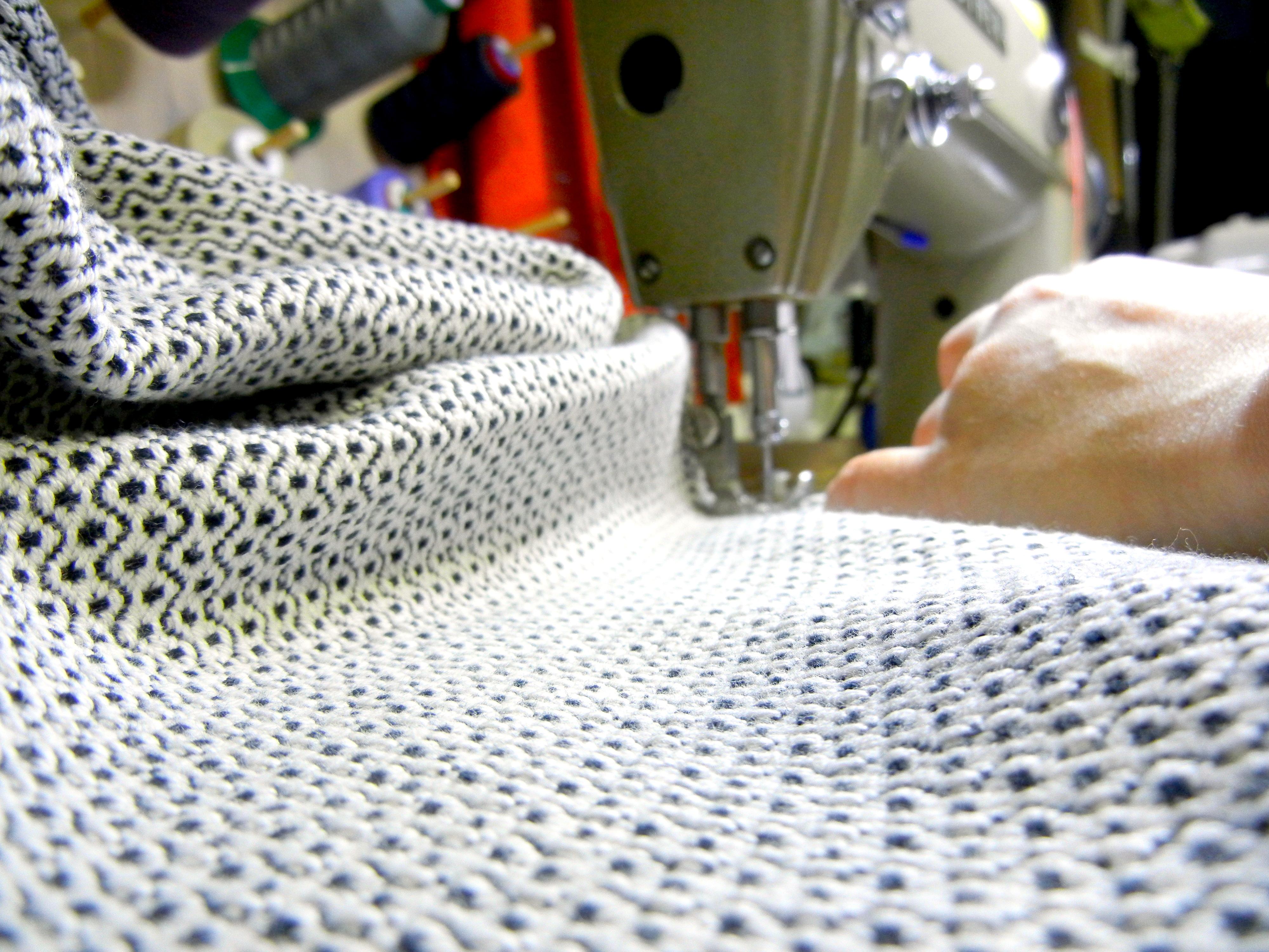 Kude-malliston tuotteet ommellaan Suomessa tai tarkastetuissa tehtaissa lähialueilla. Kuva: Kude Design Oy