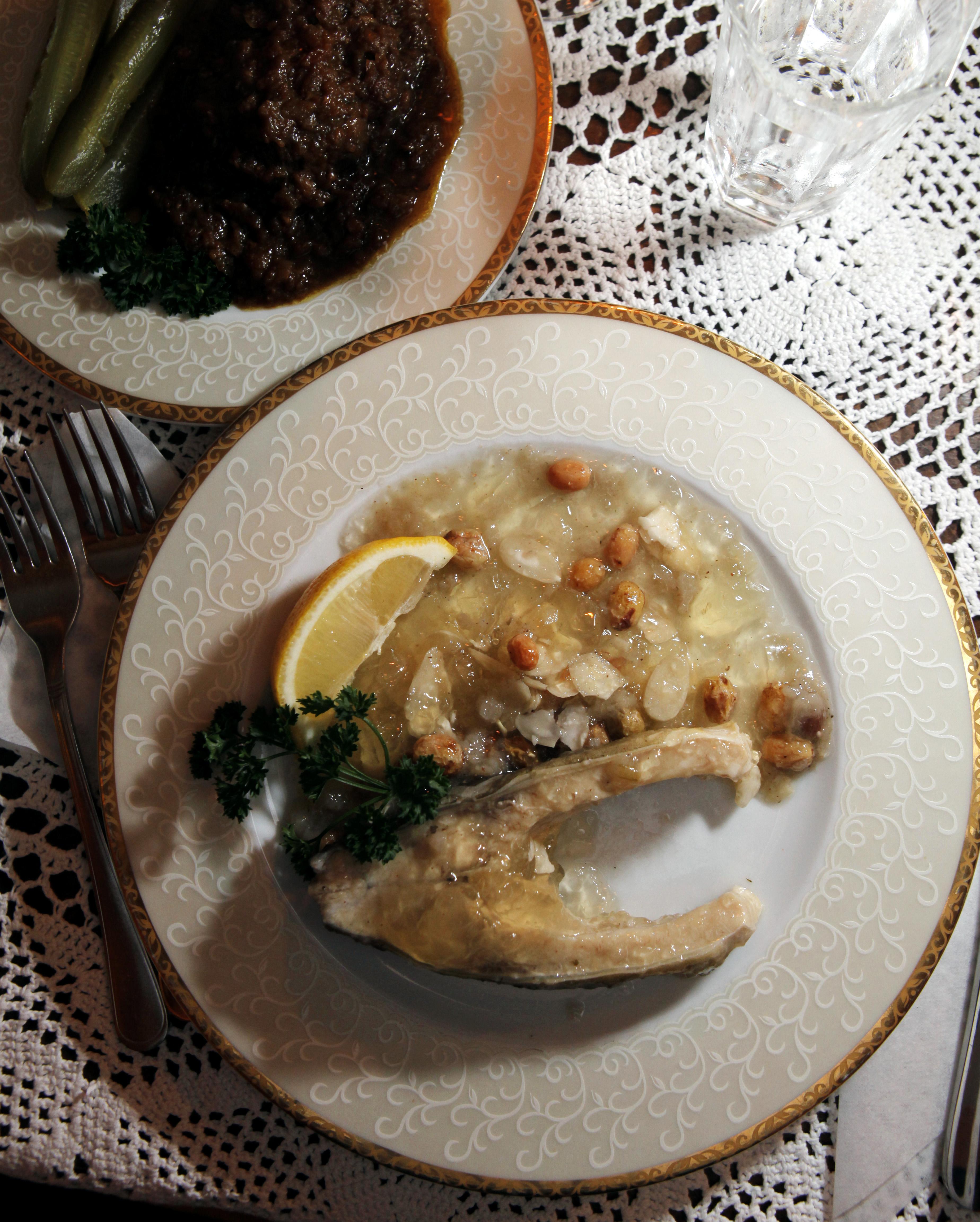 Karpilla on pitkä perinteet puolalaisessa ruokapöydässä. Krakovan juutalaisravintolat tarjoavat karppia makeassa kastikkeessa, jossa maistuu kaneli, manteli ja rusinat.