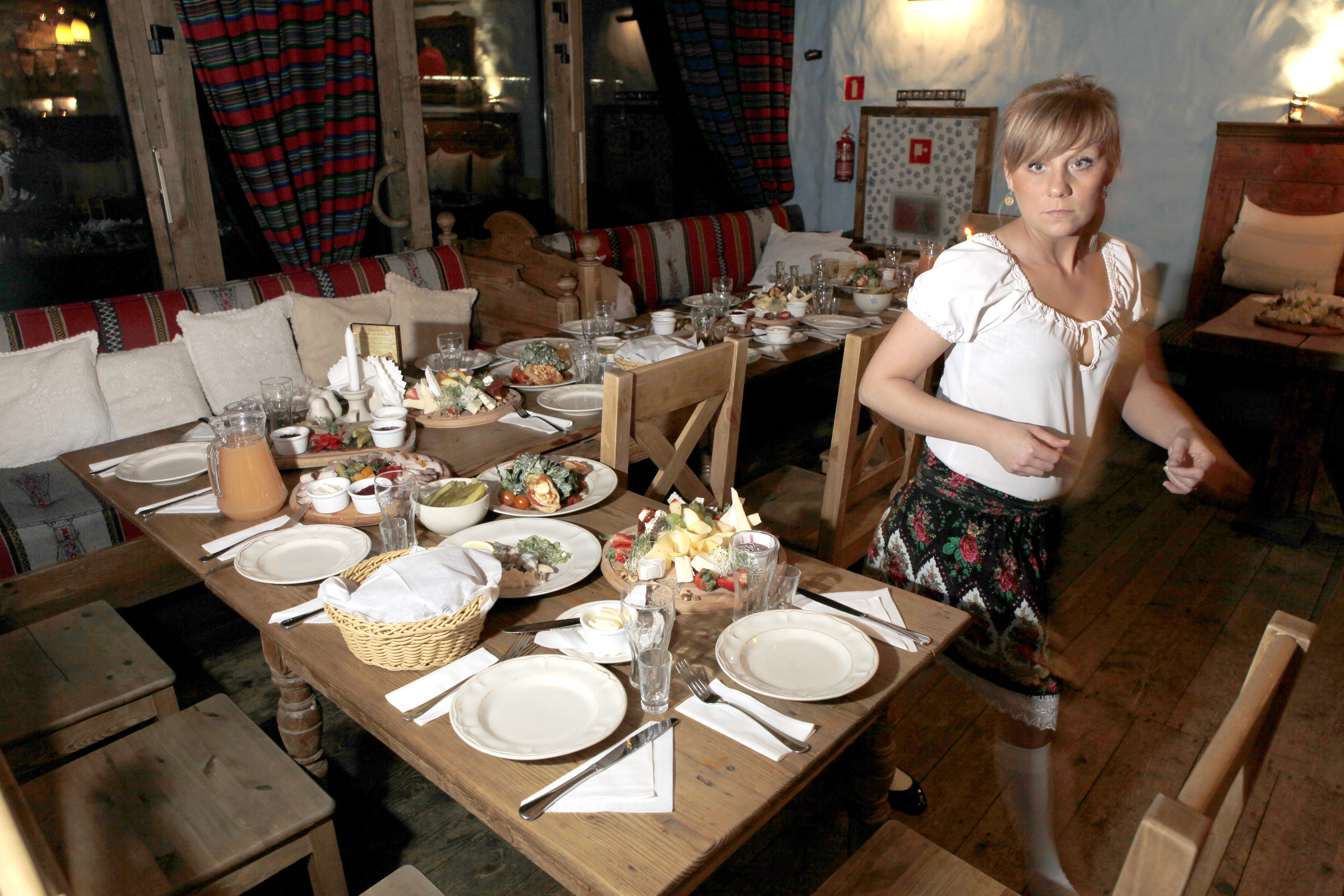 Varsovalaisessa Folk Gospodassa on pöytä katettu valmiiksi illanistujaisia varten. Silli ja lohi kuuluvat aina illan kalaisiin alkupaloihin.