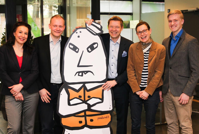 Kuvassa: Sari Hietalahti (Innokampus), Tommi Arola (Trafi), Yrmy, Rami Saarniaho (Innokampus), Sanna Sonninen (Trafi) ja Joonatan Lahti (Innokampus)