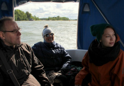 Taiteilijat Petri Kuljuntausta, Maritta Nurmi ja Kristiina Ljokkoi Rauman saaristossa