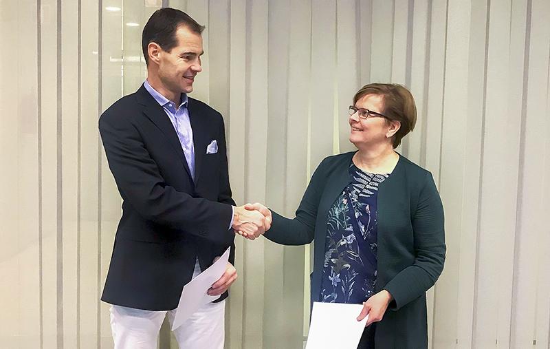 Liikenneviraston projektipäällikkö Heidi Mäenpää ja Blom Kartta Oy:n toimitusjohtaja Peter Mero kättelemässä.