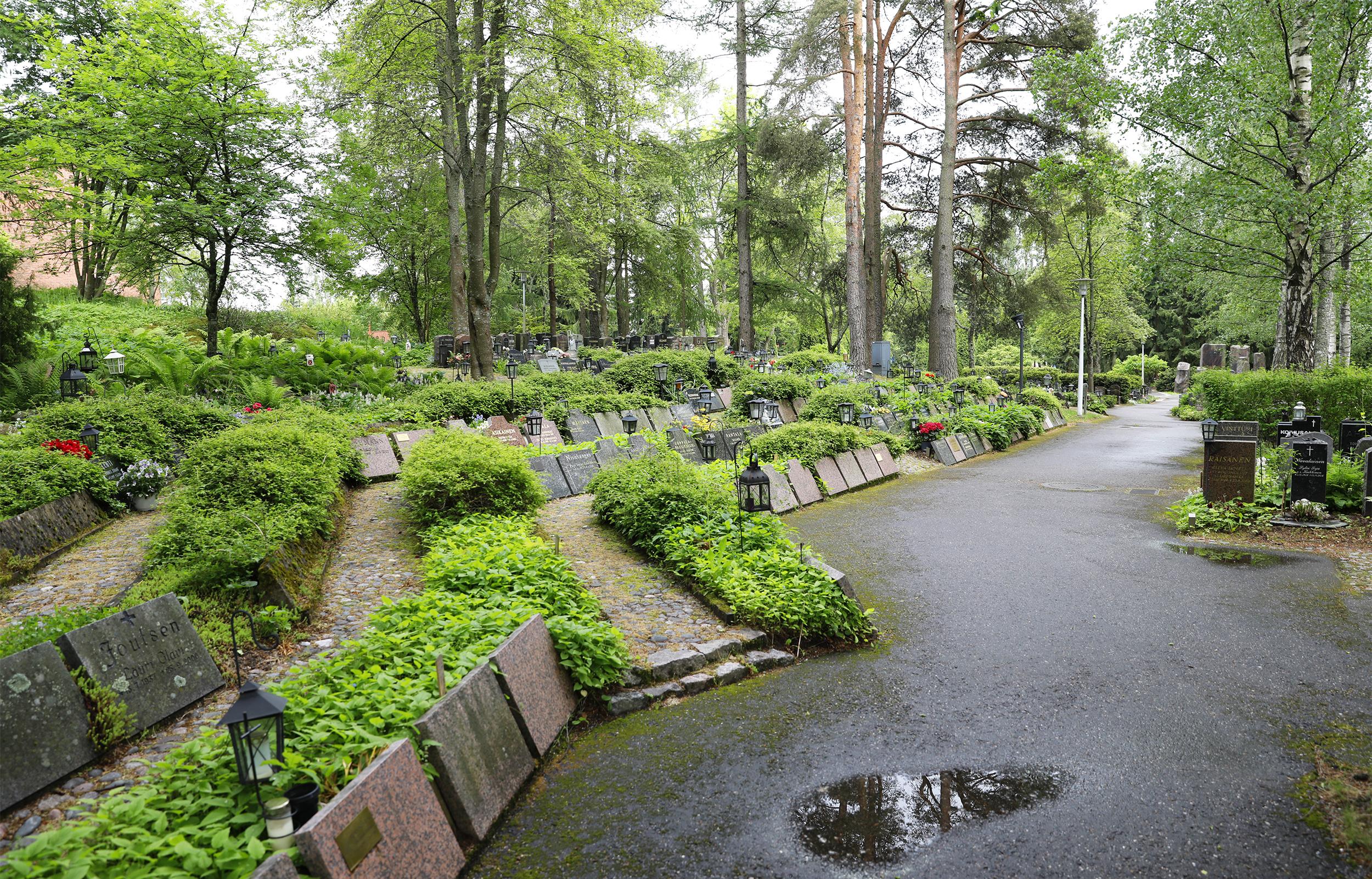 Gräsan uurnalehto sijaitsee Olarin kirkon vieressä.
