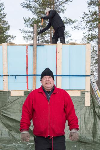lumi-kekkosen-luojat-terho-simanainen-ja-markku-hernetkoski-lumen-sailomispuuhissa.-kuva-sini-salmirinne-metsahallitus.jpg