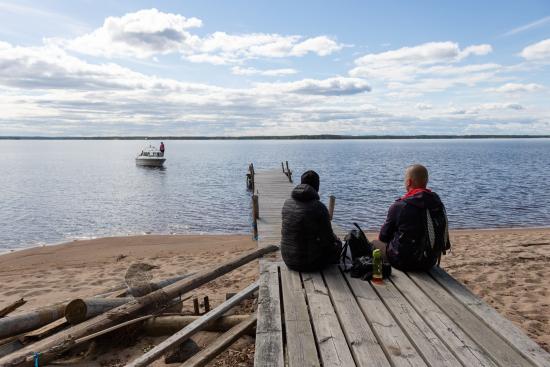 retkeilijoita-ja-saareen-saapuvat-venekunta_kuva-sini-salmirinnemetsahallitus.jpg