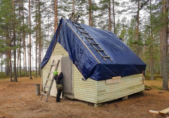 konservaattori-anna-patajoki-sulkee-kunnostettettavaa-mokkia-talviteloille_kuva-anni-koskelametsahallitus.jpg