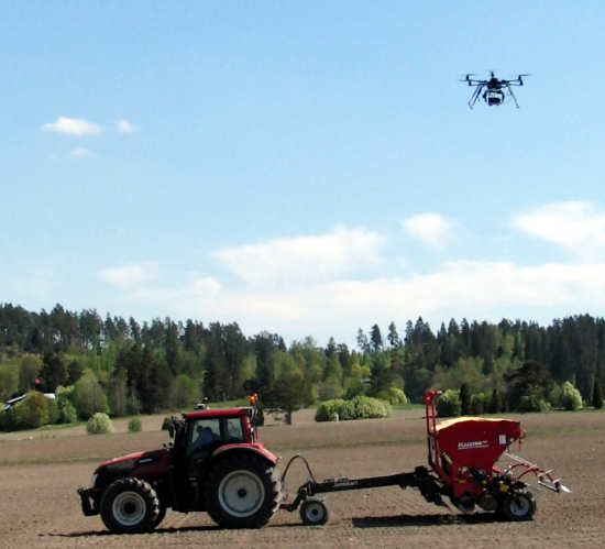 tulevaisuudessa-drooni-ohjaa-traktorin-tyota-jere-kaivosoja.jpg
