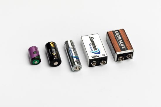kuva-litiumparistojen-ulkonako-vaihtelee-ja-niita-loytyy-myos-pyoreiden-nappiparistojen-joukosta.-litiumpariston-tunnistaa-merkinnasta-li-tai-lithium.jpg