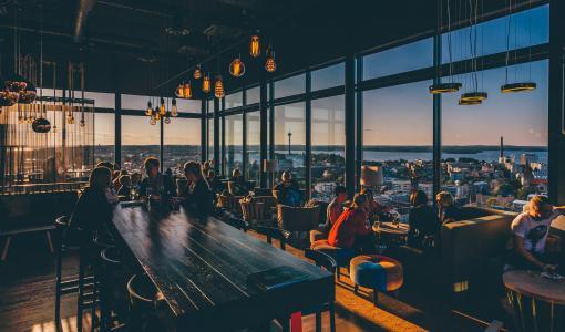 Mansen maamerkit -maisemaopas esittelee Tamperetta Suomen korkeimman hotellin huipulta
