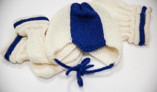 Presidenttipari muistaa itsenäisyyspäivänä syntyviä vauvoja marttojen neulomilla sukilla, myssyillä ja tumpuilla
