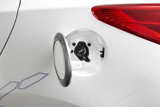 ix35-fuel-cell_hydrogen-hole_open.jpg