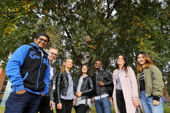 kuvituskuva-1-vaasan-yliopiston-opiskelijoita.-kuvaaja-mikko-kakela.jpg