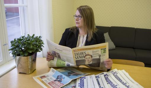 Väitös: Taloussanomalehtien pääkirjoituksissa kiitetään ja moititaan lukijayhteisön odotuksia myötäillen