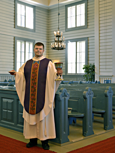 kirkkoherra-mika-lehtola-helena-vaarin-suunnittelemassa-kasukassa_kuva-sp.jpg