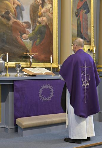 kirkon-hankintakeskuksen-violetit_-malli-antti-vanhanen_-kuva-s-pelkonen.jpg