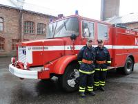 1308226131-tehdaspalopaallikko-harri-lahdemaki-ja-huoltoasentaja-vesa-viipuri-ovat-mielissaan-vahingontorjuntayksikon-hankinnasta.jpg