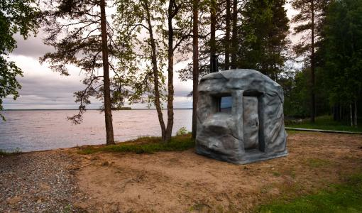 Mysteeri paljastui viimein Ville Haapasalolle Mikkelin asuntomessuilla – Sauna jättikokoisen kiven/siirtolohkareen sisällä.