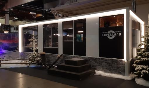 (kuvat lisätty liitteeksi) Salvos Finlandilta mullistava uutuus Lapin matkailuun: Finlandia 9000 - luksusmökkivaunu yhdistää ylellisen varustelun ja liikuteltavuuden
