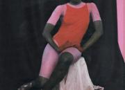 Sofia Okkosen kuvissa poseeraa poissaoleva nainen