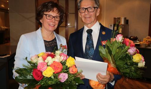 Kultaiset ansiomerkit elämäntyöstä Eira Karvoselle ja Markku Paatelmalle