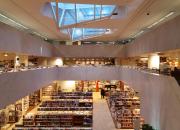 """Akademiska Bokhandeln fyller 125 år – verkställande direktören Anne Kariniemi: """"Kärleken till böcker försvinner inte."""""""
