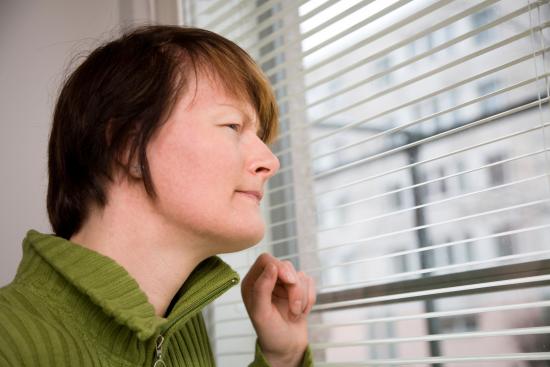 nainen-ikkunassa.jpg