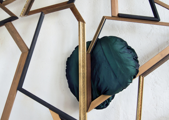 kaisu-koivisto-muotopuutarha-yksityiskohta-2018.-maalattu-tai-kullattu-puu-kangas-nahka-installaatio.jpg