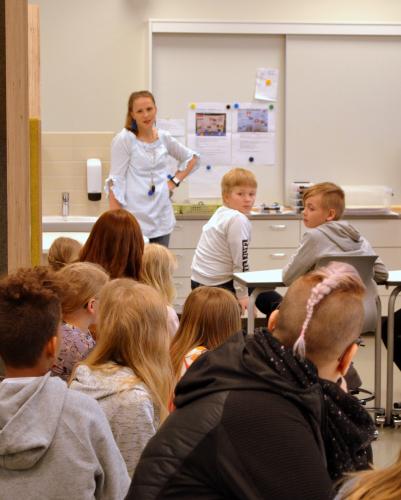 raahen_englanninkielisten_luokkien_tiedotustilaisuus24.5.2019_kuvaleenatormala_3.jpg