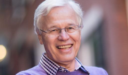 """Nobelisti Bengt Holmström peräänkuuluttaa """"What can I do for you"""" -asennetta ulkosuomalaisten talenttien houkuttelemiseksi Suomeen"""