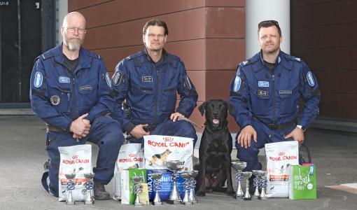 Labradorinnoutaja Sepe poliisin huumekoirien uusi suomenmestari