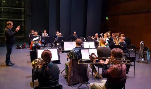 Aura Brass Bandin ja teatterijohtaja Mikko Koukin yhteisesitys: Joulusaarna