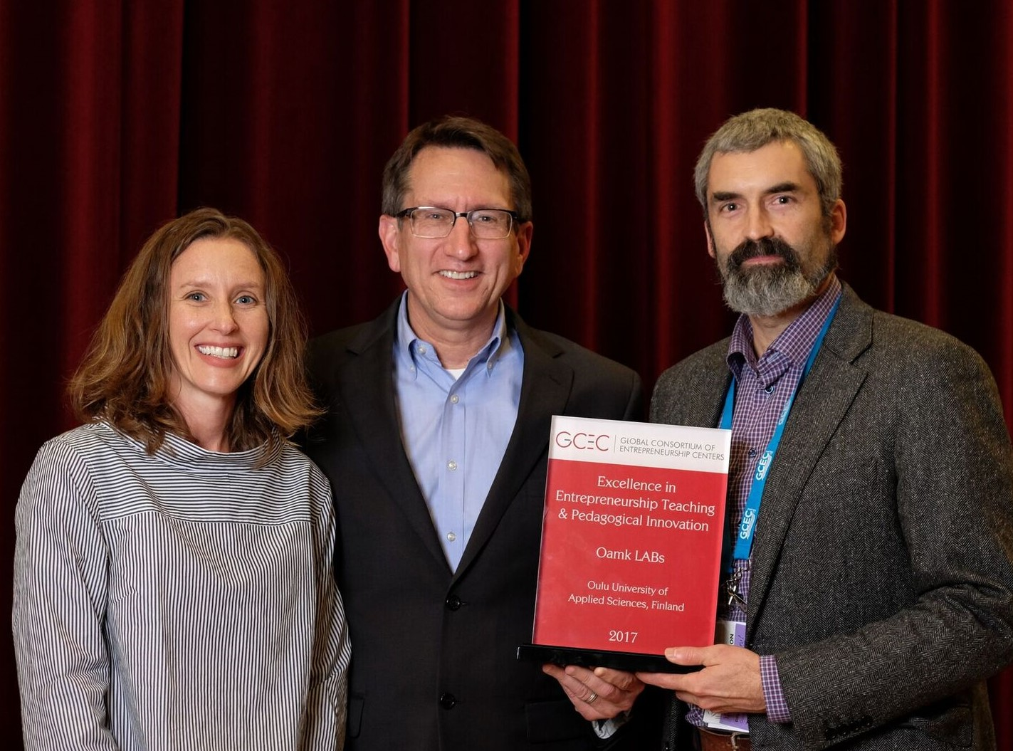 Kuvassa (vasemmalta oikealle): Elana Fine, University of Maryland (puheenjohtaja, GCEC Awards Committee), Brad Burke, Rice University (puheenjohtaja, GCEC Executive Committee) ja Oamk LABsin kv-koordinaattori Blair Stevenson vastaanottamassa palkintoa.