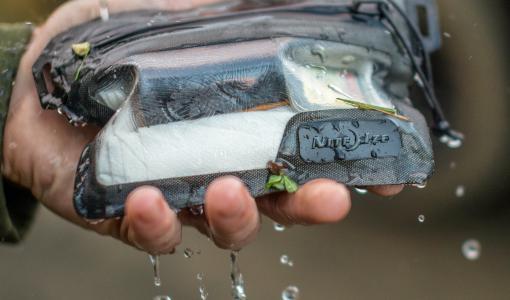 Vedenpitävät Nite Ize RunOff -laukut uudella vetoketjuteknologialla