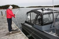 veneenpohja-puhdistuu-pohjaharjalla-kuva-christian-feodoroff.jpg