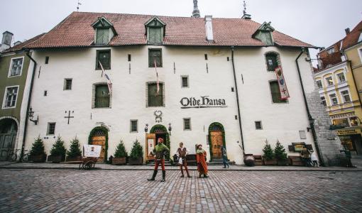 Ravintola Olde Hansa elää ja hengittää syvää keskiaikaa