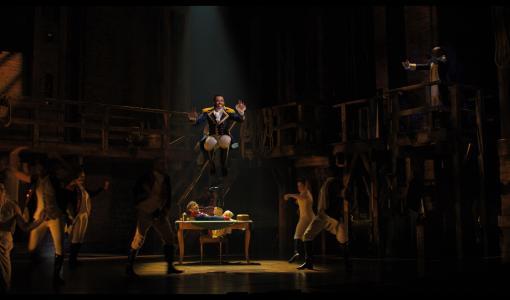 Disney+ tuo Tony Award®- ja Pulitzer-palkintoja kahmineen menestysmusikaali Hamiltonin olohuoneisiin