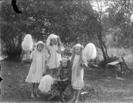 6.-barn-med-majviskor-ca-1913.-svenska-litteratursallskapet.-ovriga.jpg