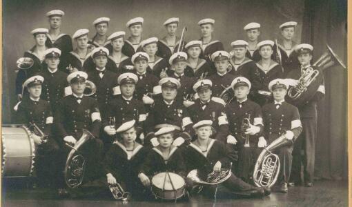 Suomenlinnassa on avautunut juhlanäyttely Laivaston soittokunnan historiasta
