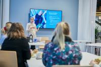 uma-workspacen-markkinointipaallikko-hanne-mari-ahonen-kertoo-testiryhmalle-ihmiskokeen-taustoista..jpg