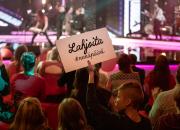 Vuoden vaikuttavimpaan hyväntekeväisyyspottiin kertyi illan aikana yli 2,3 miljoonaa euroa – Puoli seitsemän ja YleX:n Naurumaraton tekivät keräysennätyksensä