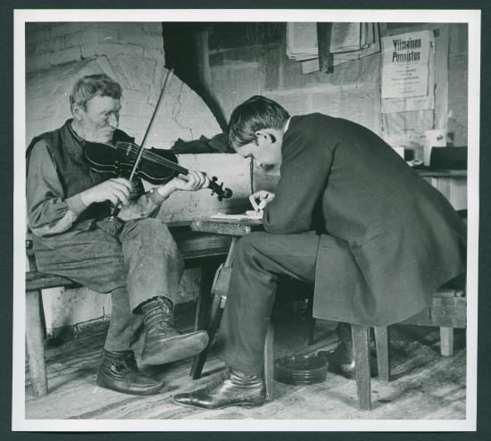erik-lonnberg-otto-andersson.-uppteckning-av-latar.-fotograf-gosta-widbom-1912.-slsbrages-spelmanstavlingar.jpg