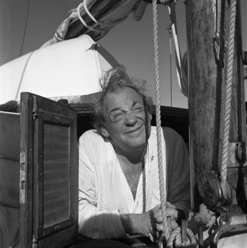 alvar-aalto-tittar-ut-ur-daphnes-akterkajuta-arsskiftet-1954-55-_portratt.jpg