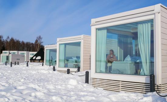 villan-lammossa-talvimaisemaa-ihastellessa-kuva-frozen-innovations.jpg