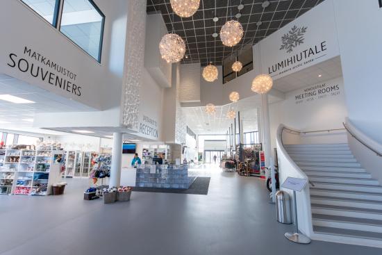 ymparivuotisen-lumilinna-alueen-uuden-paarakennuksen-aula.jpg