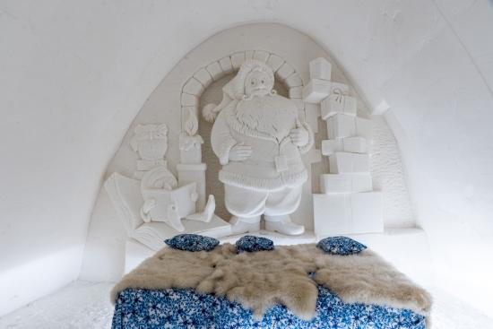 lumihotellin-huoneiden-lakanat-ja-tyynyt-ovat-lumihiutalekuosiset.jpg