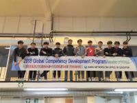 korealaiset-opiskelijat-opettajansa-kanssa-takkissa.jpg