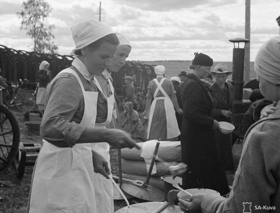 lotat-jakavat-ruokaa-evakoille-vilppula-1941.jpg