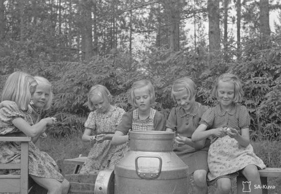 siirtolaistytot-auttavat-lottia-evakkojen-muonittamisessa-parikkala-1944.jpg