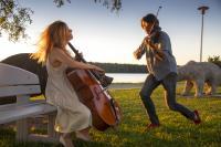 sellisti-maja-bogdanovic-ja-viulisti-daniel-rowland-lammasjarven-rannalla-kuvaaja-stefan-bremer.jpg