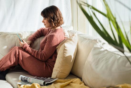 aikakausmedia-kuvaaja-jarkko-mikkonen-nainen-sohvalla-1600-px.jpg